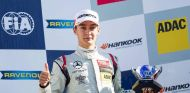 Russell en el podio durante un GP de Fórmula 3 - LaF1