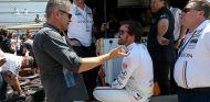 Gil de Ferran conversa con Fernando Alonso en los preparativos de Indianápolis 2017 - SoyMotor