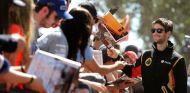 Romain Grosjean firmando autógrafos a los aficionados australianos - LaF1
