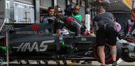 Haas da libertad a sus pilotos para decidir qué marca de frenos usar - SoyMotor.com