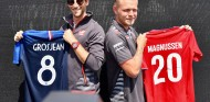 Grosjean y Magnussen con las camisetas de sus equipos del Mundial de Fútbol - SoyMotor.com