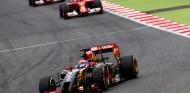 Grosjean delante de Räikkönen y Alonso en una imagen de archivo - SoyMotor.com