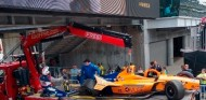 La historia de Bakú se repite: la grúa de Alonso choca en Indianápolis - SoyMotor.com