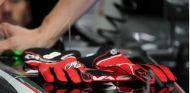 Guantes de Romain Grosjean durante un GP esta temporada - SoyMotor.com