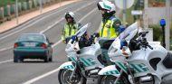 Una pareja de la Guardia Civil de Tráfico vigilando en una carretera - SoyMotor