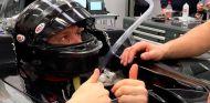 Magnussen en el momento de hacerse el asiento para el VF17 - SoyMotor