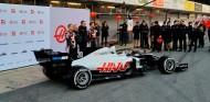 Haas presenta su nuevo VF-20: vuelta al rojo, blanco y negro - SoyMotor.com