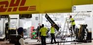 Operarios desmontan el box de Haas - SoyMotor.com
