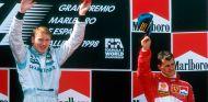 Mika Häkkinen y Michael Schumacher en el podio del GP de España de 1998 - SoyMotor.com