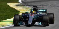 Hamilton durante su remontada en Brasil - SoyMotor