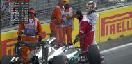 Lewis Hamilton habla con los comisarios tras su accidente - LaF1