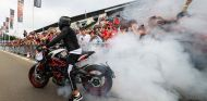 Lewis Hamilton con la MV Agusta en Mónaco - SoyMotor.com