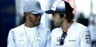 Hamilton y Alonso durante el GP de Bélgica 2016 - SoyMotor