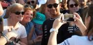 Lewis Hamilton con aficionados en Abu Dabi - SoyMotor.com