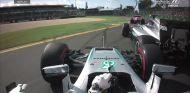 Lewis Hamilton y Nico Rosberg negocian la primera curva tras la salida - LaF1