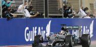 Lewis Hamilton celebrando su victoria en Baréin con los mecánicos - LaF1