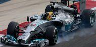 Un fallo en la caja de cambios ha acortado el día de Lewis Hamilton en Baréin