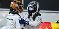 Hamilton y Bottas durante un Gran Premio en 2017 - SoyMotor.com