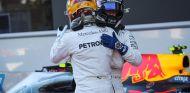 Hamilton abraza a Bottas tras la clasificación de Bakú - SoyMotor