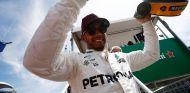 Lewis Hamilton con el casco de Ayrton Senna - SoyMotor