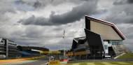Hamilton 'cumple' en casa para lograr su 91ª Pole; Sainz 7º - SoyMotor.com