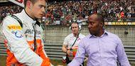 Paul di Resta se saluda con Anthony Hamilton - LaF1