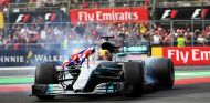 Hamilton celebra su cuarto título de F1 con unos trompos - SoyMotor