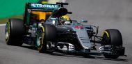 Hamilton, durante los entrenamientos libres en Brasil - LaF1
