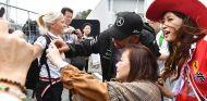 Lewis Hamilton junto a aficionados en Suzuka - SoyMotor.com