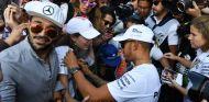 Hamilton firma autógrafos durante el GP de México 2017 - SoyMotor.com