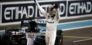 Hamilton saluda a los aficionados después de la carrera - SoyMotor