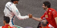 Lewis Hamilton felicita al personal de Ferrari en Yas Marina - SoyMotor.com