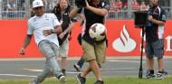 Hamilton quiere hacer la F1 tan accesible como el fútbol o el tenis - SoyMotor.com