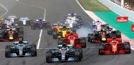 Lewis Hamilton lidera el pelotón en la salida del GP de España - SoyMotor