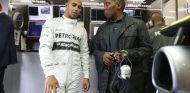 Lewis Hamilton junto a su padre en su primera carrera en 2013 - LaF1