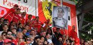 Aficionados en la grada de Monza con pancarta contra Hamilton - SoyMotor.com