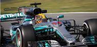 Hamilton lidera y arranca el GP de España para Alonso con impotencia - SoyMotor.com