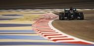 Hamilton lidera unos accidentados Libres 2 en Baréin - SoyMotor.com
