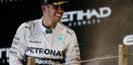 Lweis Hamilton en el podio de Abu Dabi - LaF1