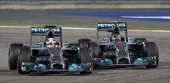 Lewis Hamilton lucha con Nico Rosberg en la noche de Sakhir - LaF1