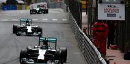 Nico Rosberg y Lewis Hamilton durante la carrera de Mónaco - LaF1