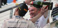 Lowe celebra con Hamilton el tricampeonato - LaF1