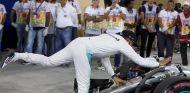 Lewis Hamilton tras conseguir la Pole de Baréin - LaF1