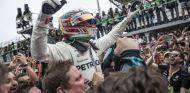 Lewis Hamilton, en plena celebración con Mercedes en Brasil - SoyMotor.com