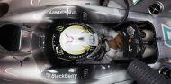 Plano cenital de Lewis Hamilton en Singapur - LaF1