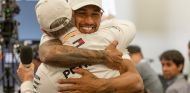 Lewis Hamilton abraza a Tommy Hilfiger en México - SoyMotor.com