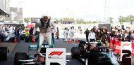 Lewis Hamilton celebra su victoria en Barcelona - SoyMotor.com