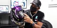 Lewis Hamilton enseña su nuevo casco, que luce el emblema de Black Lives Matter - SoyMotor.com