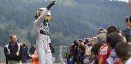 Lewis Hamilton celebra su Pole Position en Spa - LaF1