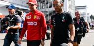Sebastian Vettel y Lewis Hamilton en una imagen de archivo - SoyMotor.com